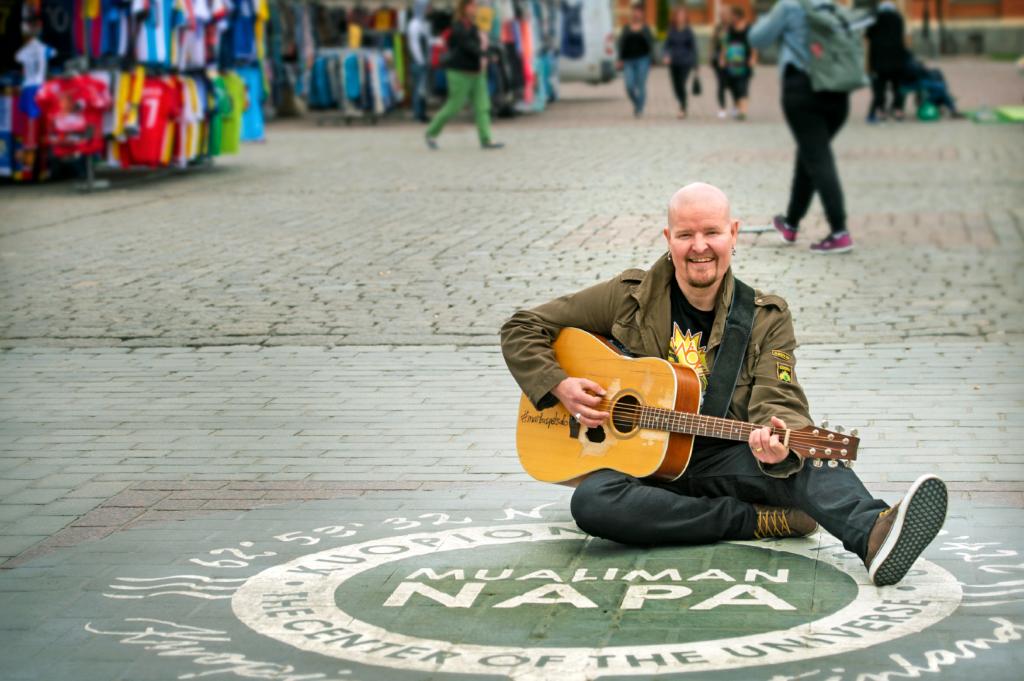 Markus Petsalo kitaroineen Kuopion torilla
